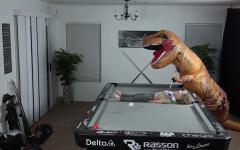 Динозавр показывает трюки на пуле